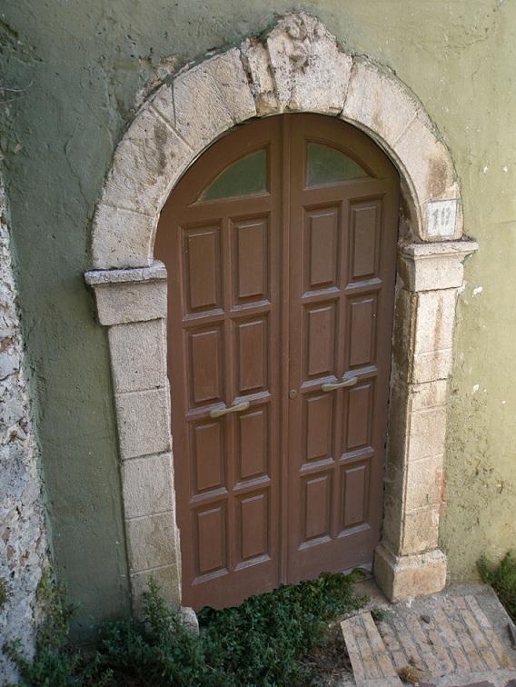 Portone con arco in pietra